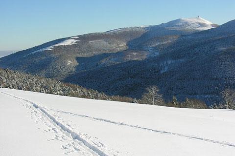Piste de ski et vue sur les montagnes