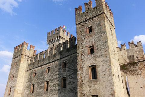Contre-plongée du château de Sirmione