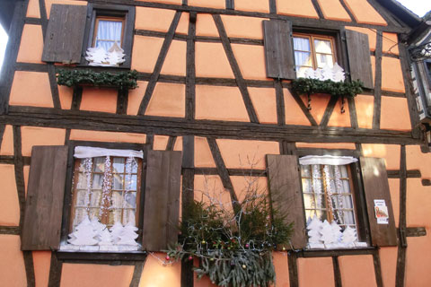 Maison d cor e de riquewihr vitrines et d corations de for Decoration rebord fenetre noel